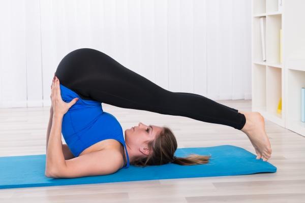 frau stretching in yoga klasse