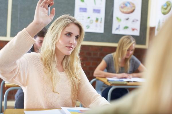 weibliche schueler in der klasse hob