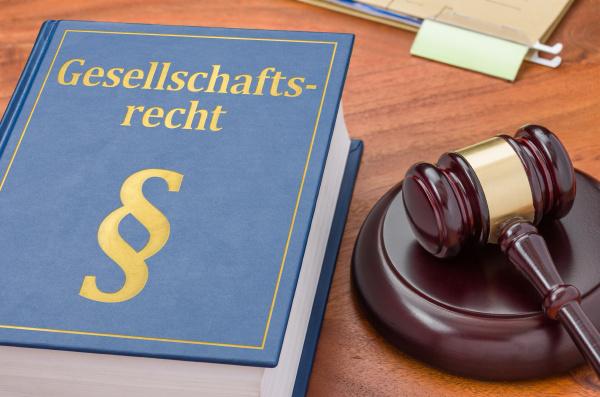 gesetzbuch mit richterhammer gesellschaftsrecht
