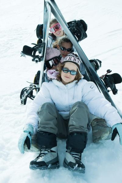 gruppe von skifahrern posiert unter skiern