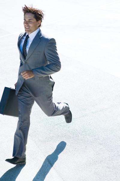 junge unternehmer im freien laufen aktentasche