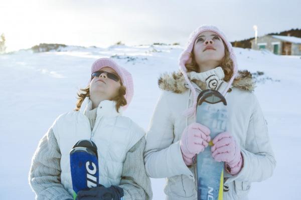 zwei junge skifahrer stehen zusammen die