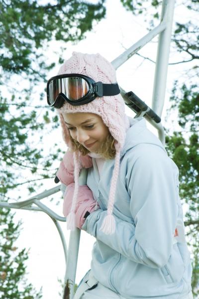 jugendliche die auf zu skilift haelt