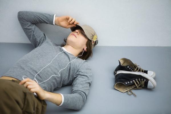 maenner mann zuhoeren freizeit musik hoeren