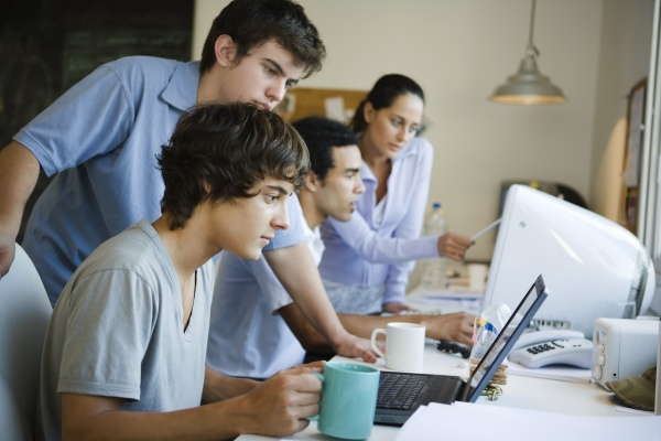 frau studieren studium monitore laptop notebook