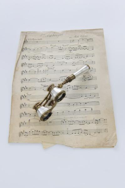 klassische noten mit opernglas
