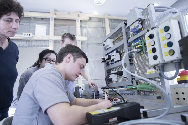 schueler und lehrer an der elektronik