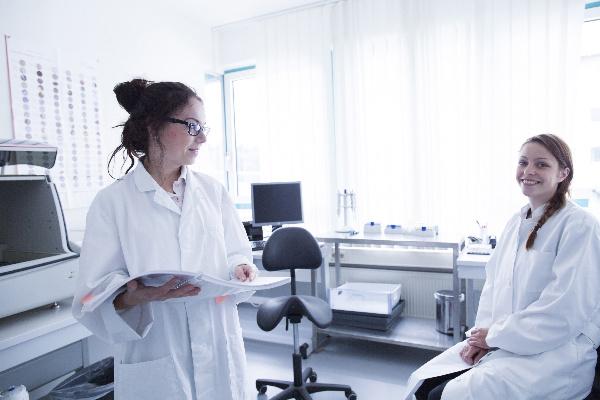 labortechniker im labor mit zeitschrift