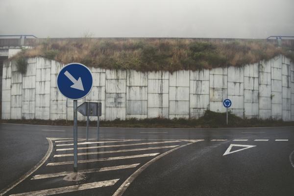 spanien verkehrszeichen auf leere strasse bei