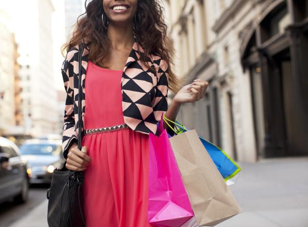 frau die einkaufstaschen auf der stadtstrasse