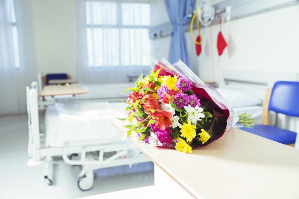 blumenstrauss in krankenhauszimmer