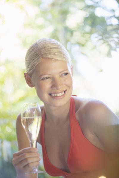trinken trinkend trinkt europid kaukasisch europaeisch