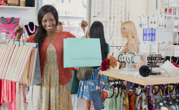 frau mit einkaufstueten in bekleidungsgeschaeft