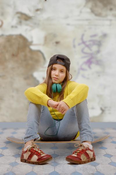 huebsche junge maedchen posiert mit einem