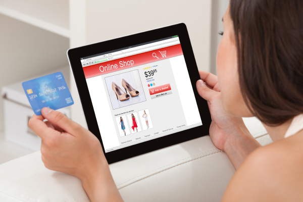 frau mit kreditkarte online shopping auf