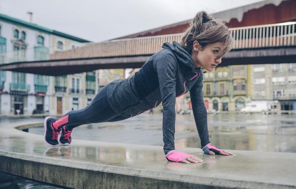mittelerwachsene frau beim outdoor training