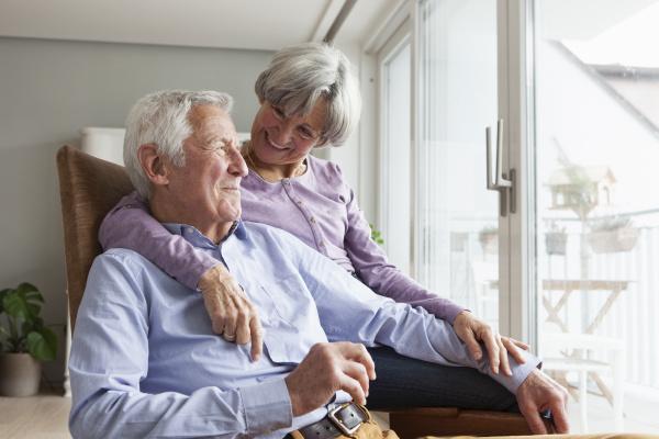 glueckliches seniorenpaar zu hause
