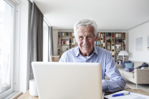 portraet eines AElteren der mit laptop