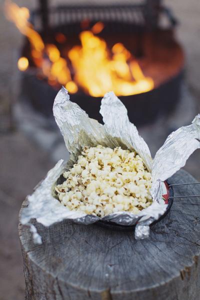 popcorn in einer aluminiumfolie haelt auf