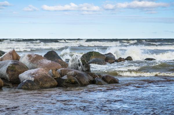 meereswellen an den felsen brechen meerblick