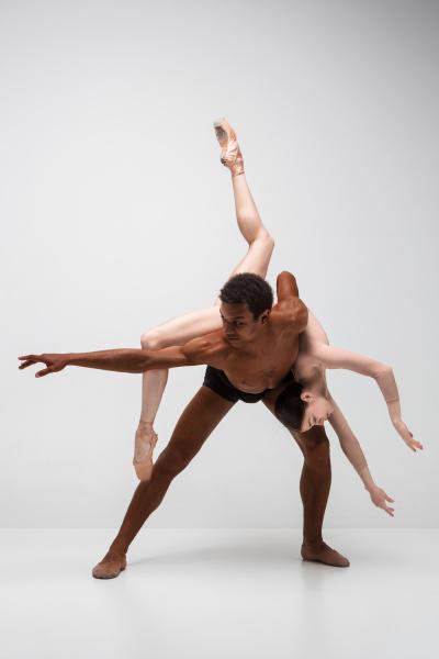 paar balletttaenzer posieren ueber grauem hintergrund