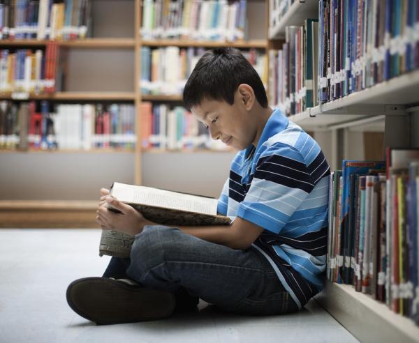 ein junge der in einer bibliothek