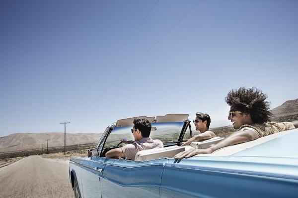 drei junge leute in einem hellblauen