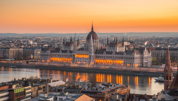 ungarisches parlamentsgebaeude bei sonnenaufgang