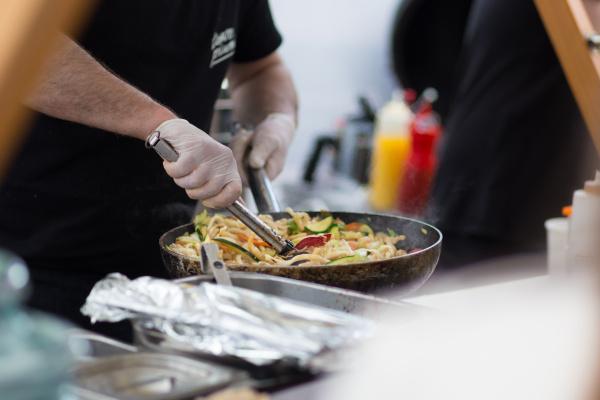 cheff kochen auf outdoor street food