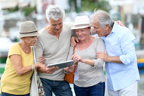 aeltere touristen tablette auf den besuch