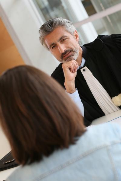 rechtsanwalt treffen klient im gerichtsgebaeude buero