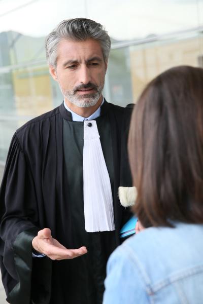 rechtsanwalt meeting client in gericht vor