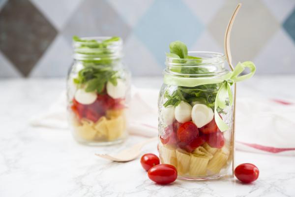 kalterer salat mit nudeln tomaten mozzarella