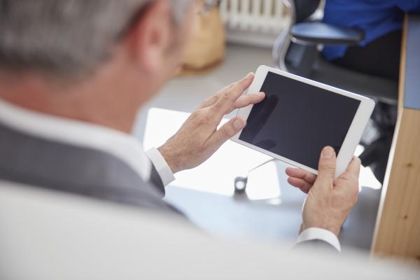 aeltere menschen mit digitalen tablet im