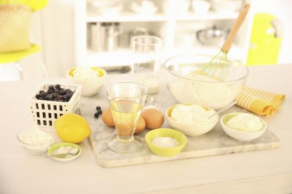 zutaten fuer tray backkuchen mit heidelbeeren