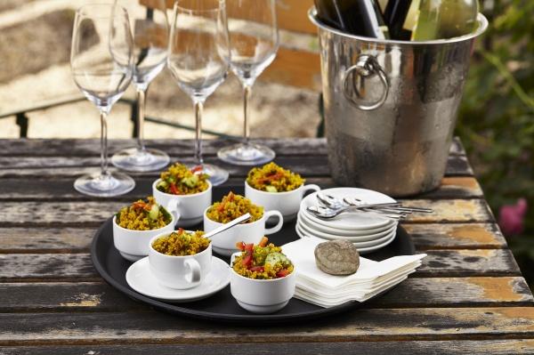 couscous salat in kaffeetassen auf einem