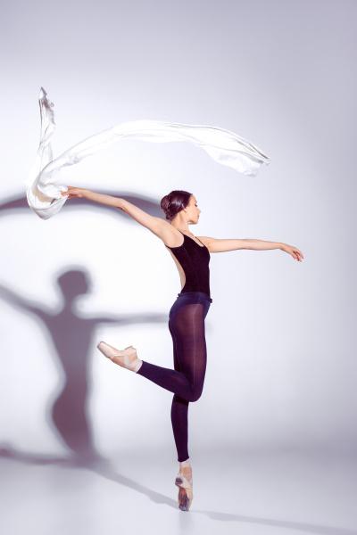 ballerina in der schwarzen ausstattung die
