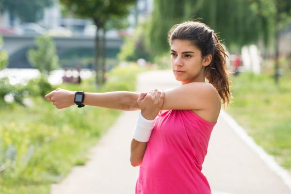 frau macht fitnessuebungen