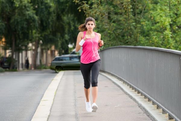 athlet frau laufen auf gehweg