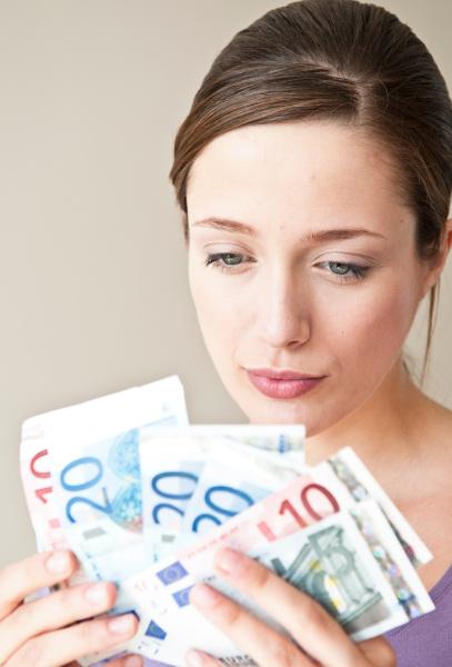 frau gier reichtum vorderansicht finanz scheck