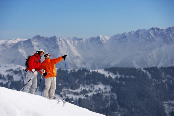 zwei maennliche skifahrer auf der piste