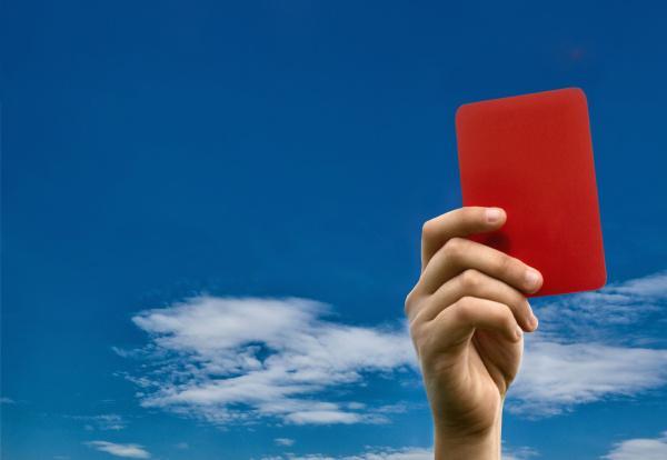 hand haelt rote karte gegen blauen