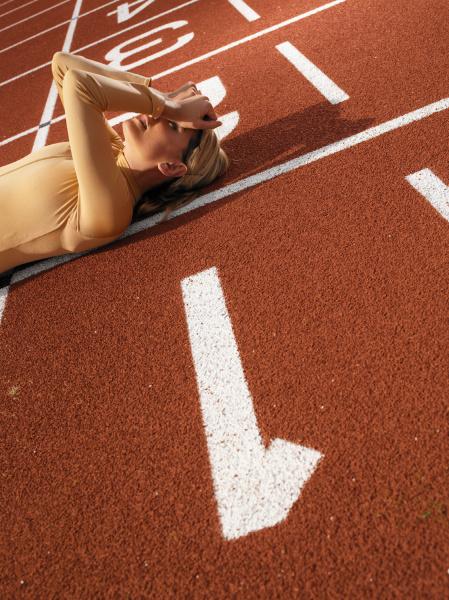 frau sport weiblich outdoor freiluft freiluftaktivitaet