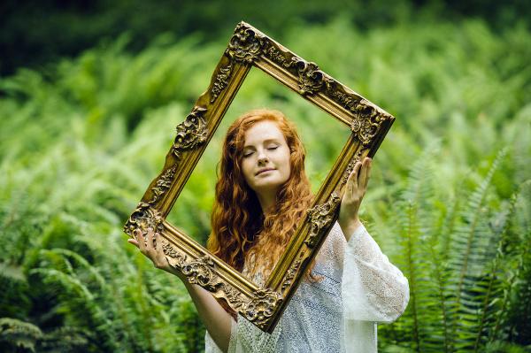 frau bluse feminin weiblich gesicht portrait