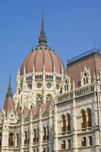 das neugotische ungarische parlamentsgebaeude entworfen von