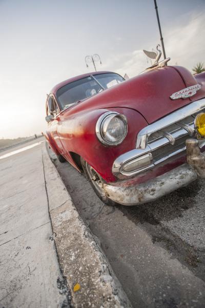 rotes auto auf dem malacon havanna