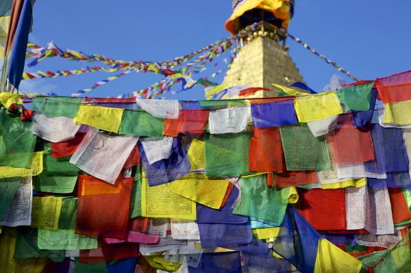 gebetsfahnen vor boudha bodhnath