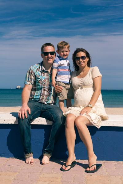 glueckliche familie geniesst sonnigen tag an