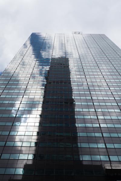 wolkenkratzer tiefwinkelansicht mit reflexionen new york