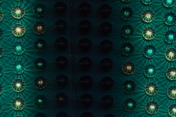 vergnuegungspark detail mit gruener ampel